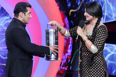 Sonakshi Sinha in Big Boss 6 giving tiffin to Salman Khan