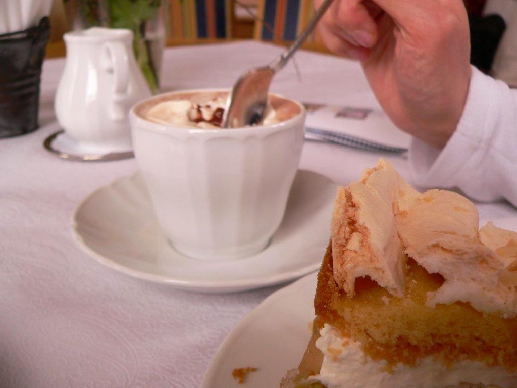 Landcafé Sundern Sauerland Stachelbeertorte Kakao Sahne