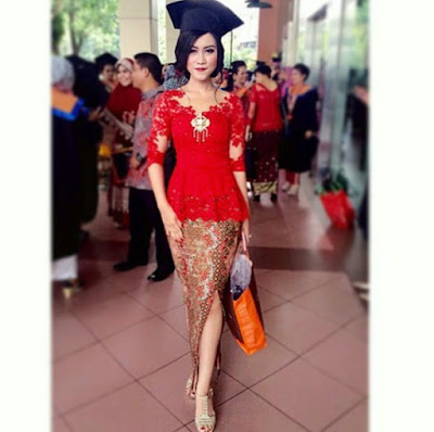 model kebaya wisuda modern warna merah dengan rok batik