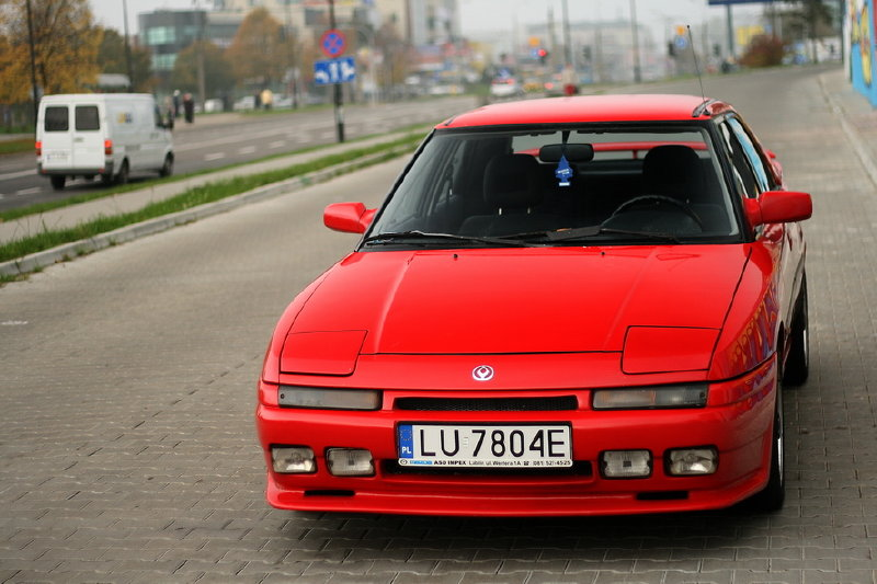 Mazda 323F BG, popularny samochód, japoński, JDM, tuning, kultowy model, ciekawy design, podnoszone reflektory, czerwony, pop up headlights, Astina