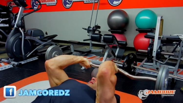 Extension triceps avec barre : 4 séries x 8 - 10