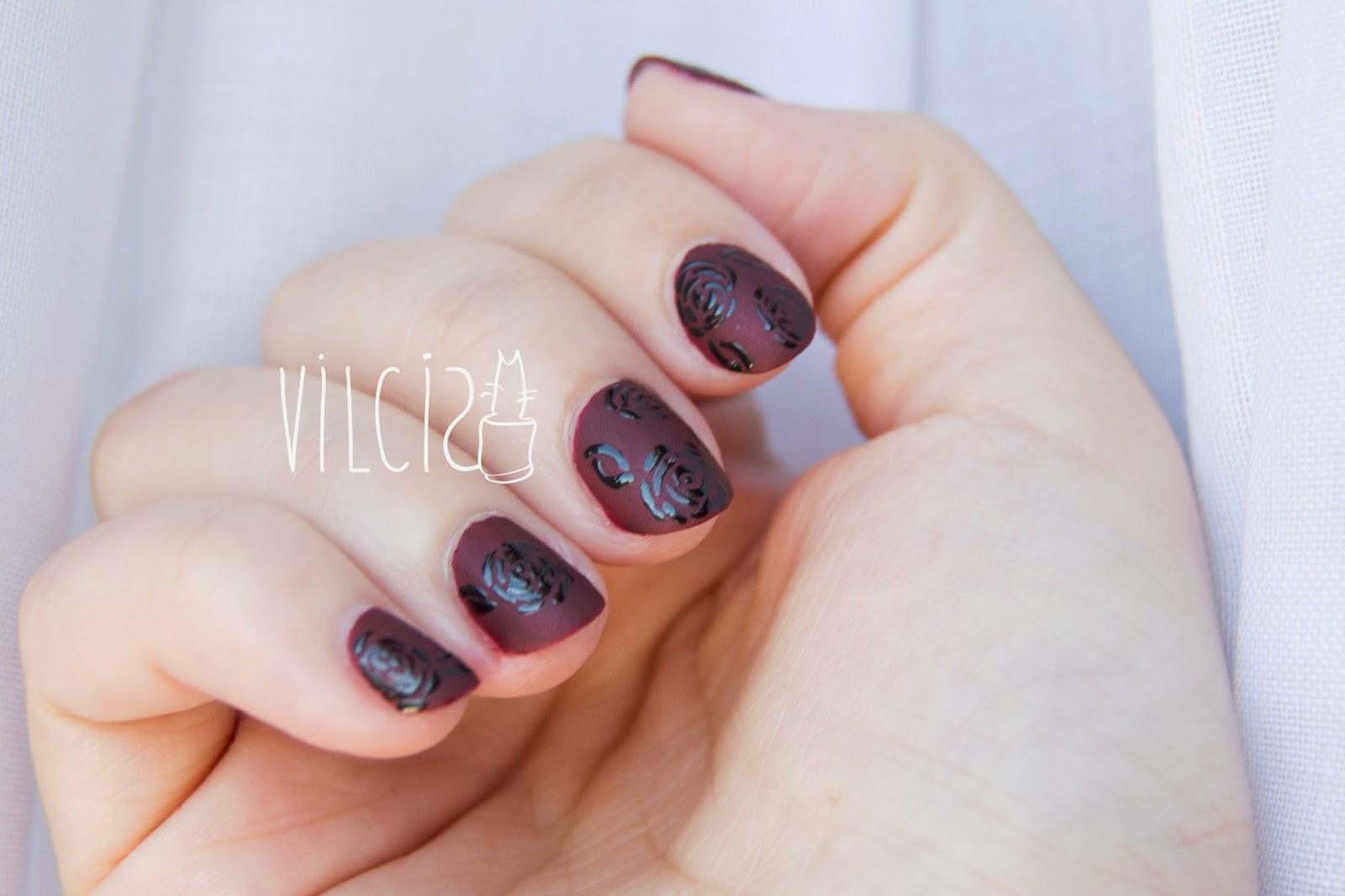 Diseño de uñas gótico con rosas negras vilcis