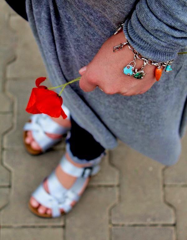 alburnumbybiel stylizacje, szary sweter quiosque, srebrne kalpki birkenstock, charmsy yes, alburnumbybiel,