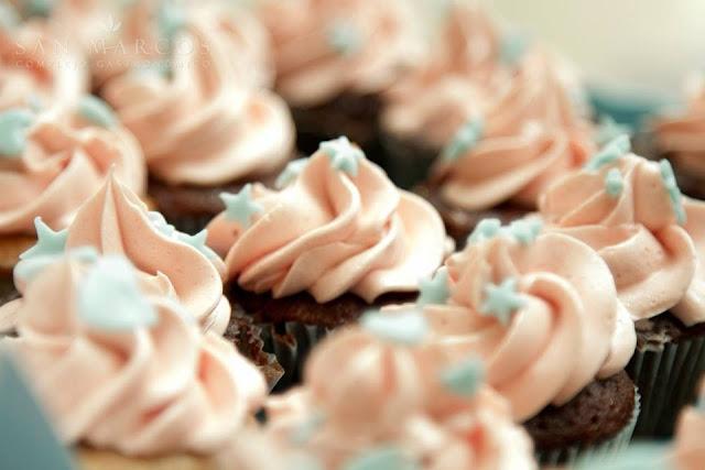 cupcakes de fresa y chocolate mesa dulce gandia