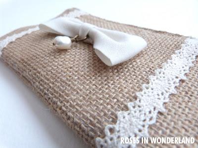 Imagen detalle del monedero donde se ven los adornos de algodón y la perla natural.