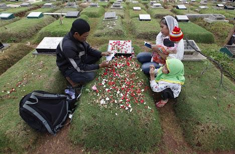 Sebuah keluarga membaca ayat-ayat dari Quran