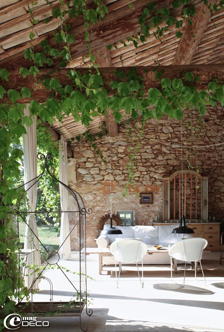 Le mas d'un antiquaire à Roussillon, un reportage du magazine de décoration 'e-magDECO'