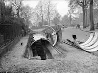 Aanleg van een schuilplaats voor de Tweede Wereldoorlog ter hoogte van het Julianapark. Fotocollectie Regionaal Archief Nijmegen