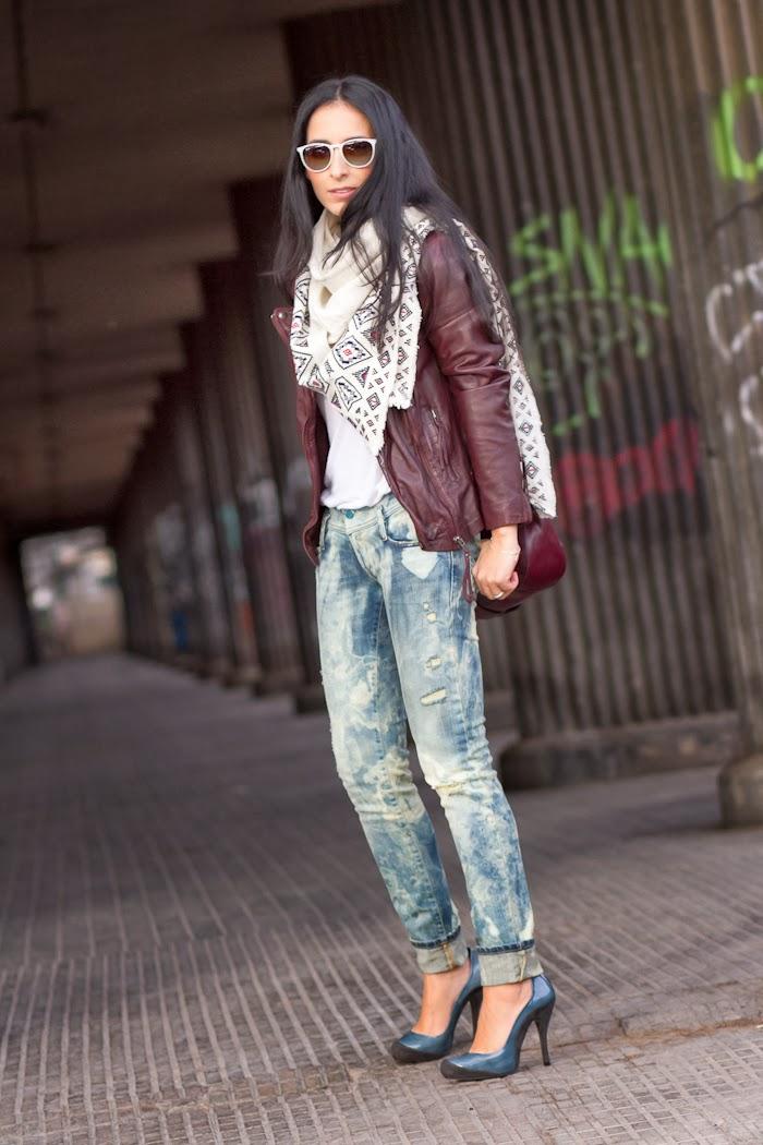 Look casual con Chaqueta perfecto de cuero burgundy de Muubaa y Jeans Diesel