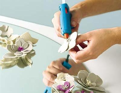 Diy decoración espejo con flores de fieltro