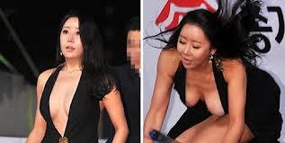 Terpeleset, Artis Korea Ini Mengeluarkan Payudaranya
