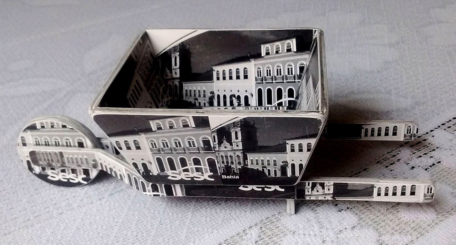 Arte feita com cartão pelo artesão Charles Meira