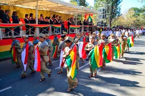 Gobernación omite iza de la bandera de Tarija en desfile cívico-escolar