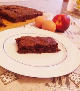 torta con nettarine, cacao e amaretti
