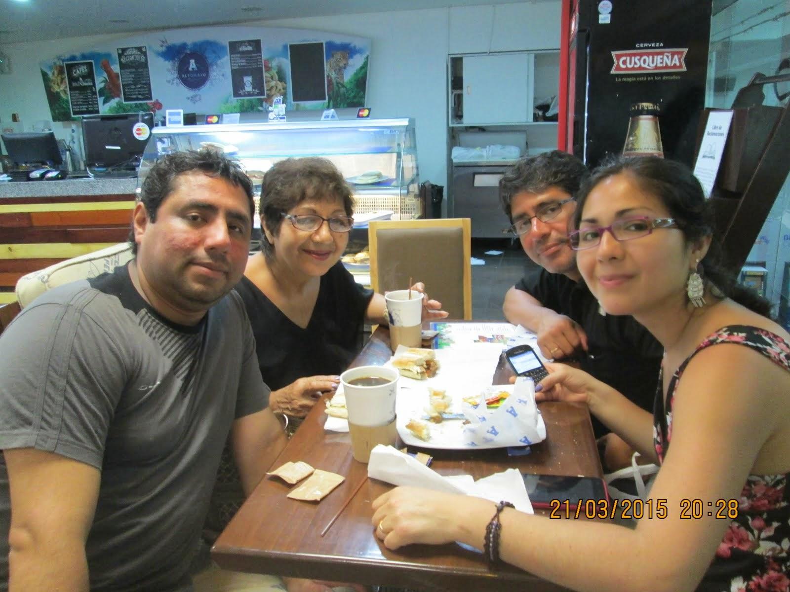 MI PROFESORA DE PRIMARIA, MAGDA CABANILLAS CANALES, Y SU LINDA FAMILIA.