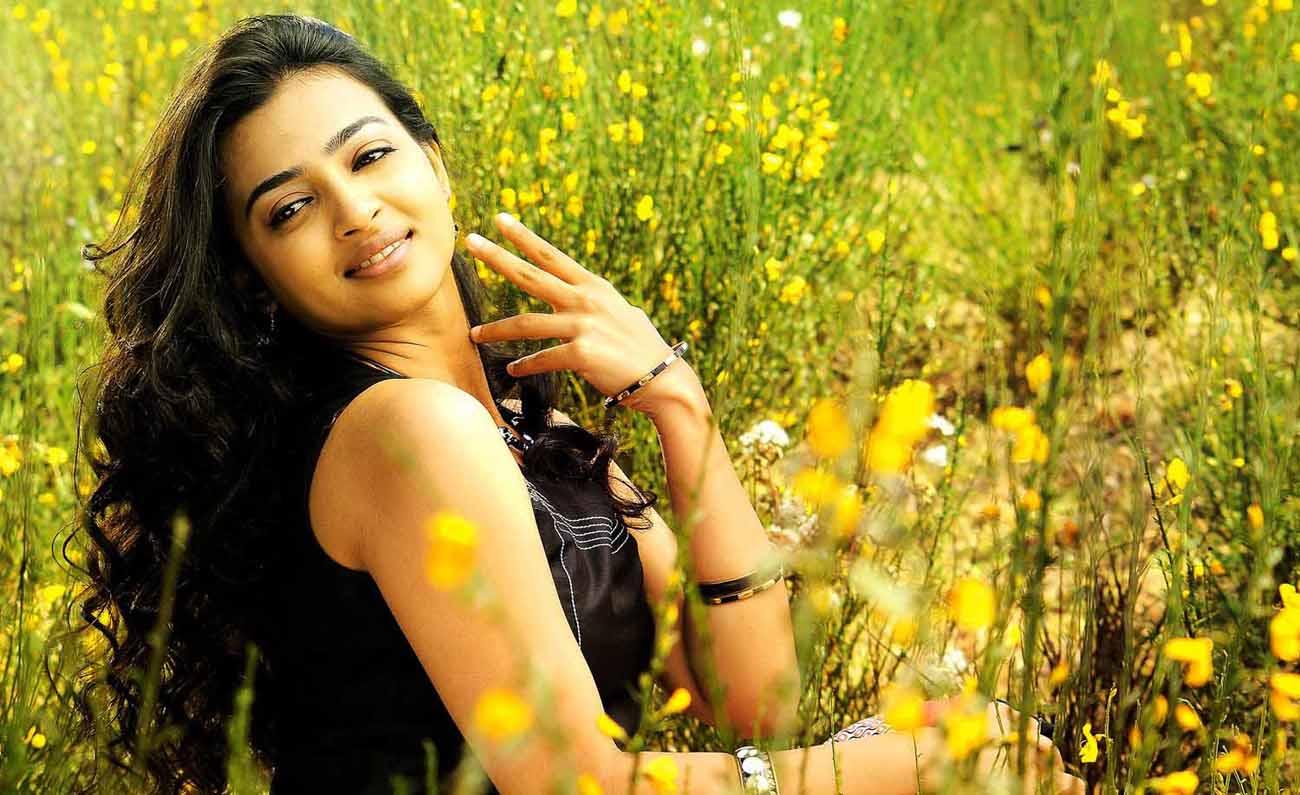 radhika apte full hd wallpaper