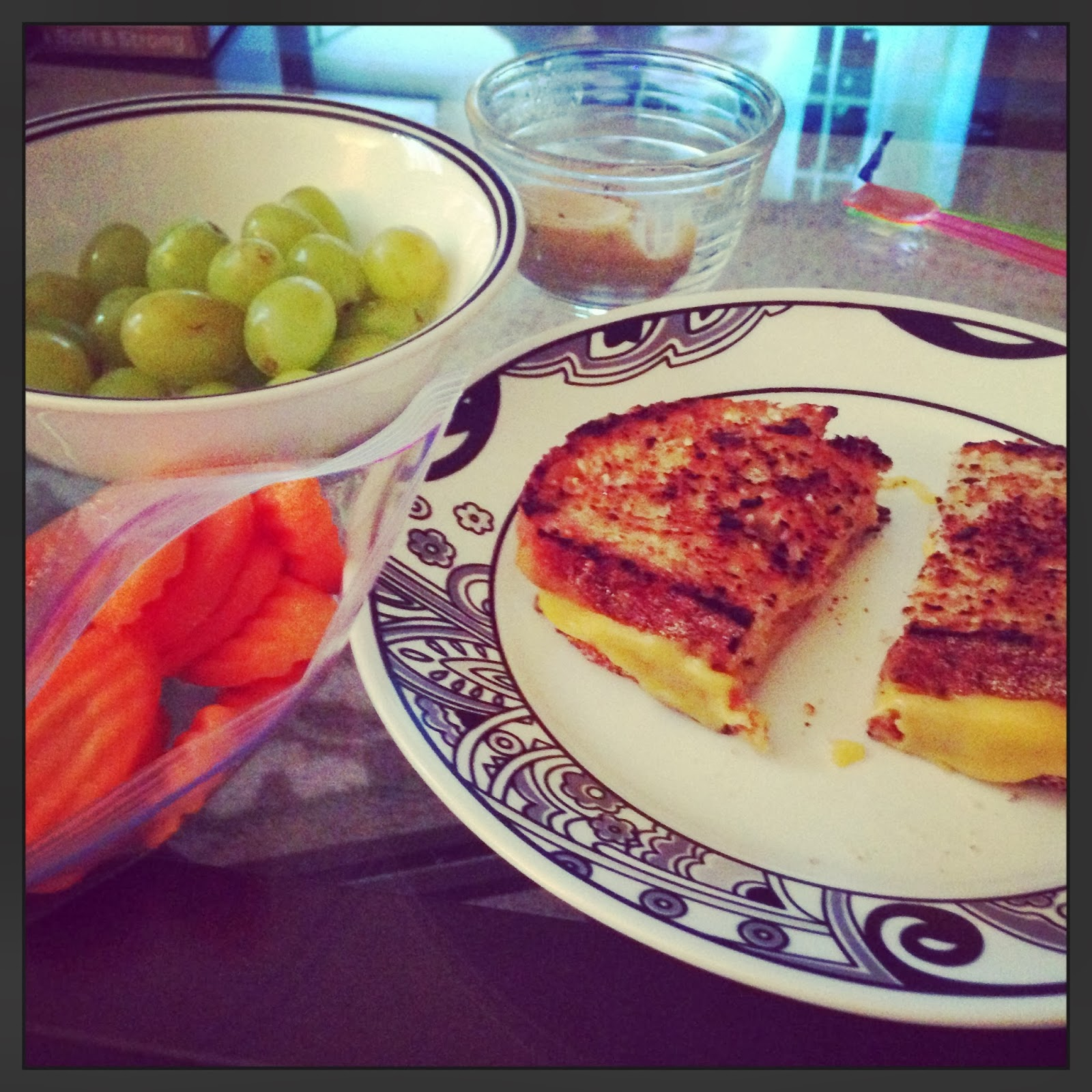healthy girly life: Grilled cheese, carrots, grapes and hummus