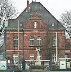 katerbrunnen und polizeigebäude