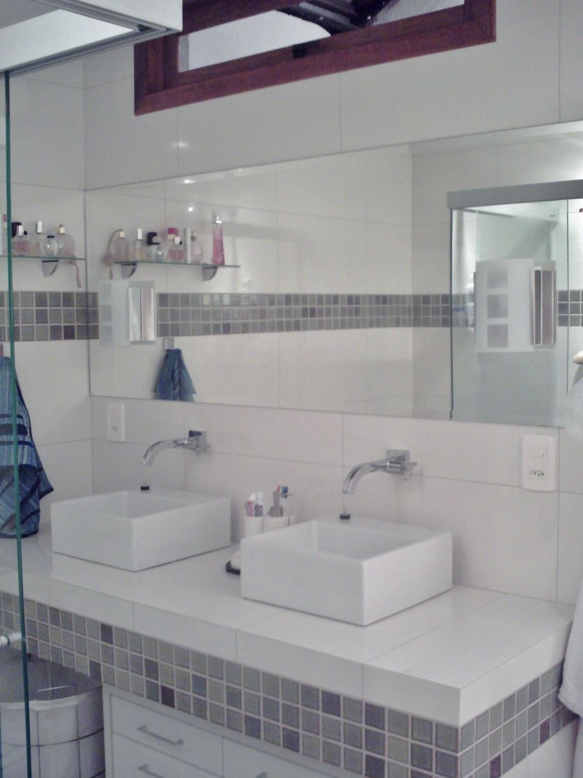 bancada da pia foi toda feita em concreto e revestida com porcelanato #485F69 1200x1600 Bancada Banheiro Concreto