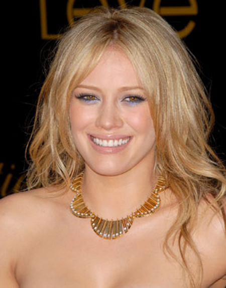Hilary Duff's long blond hairstyle looks super sexy thanks to a tousled and teased texture