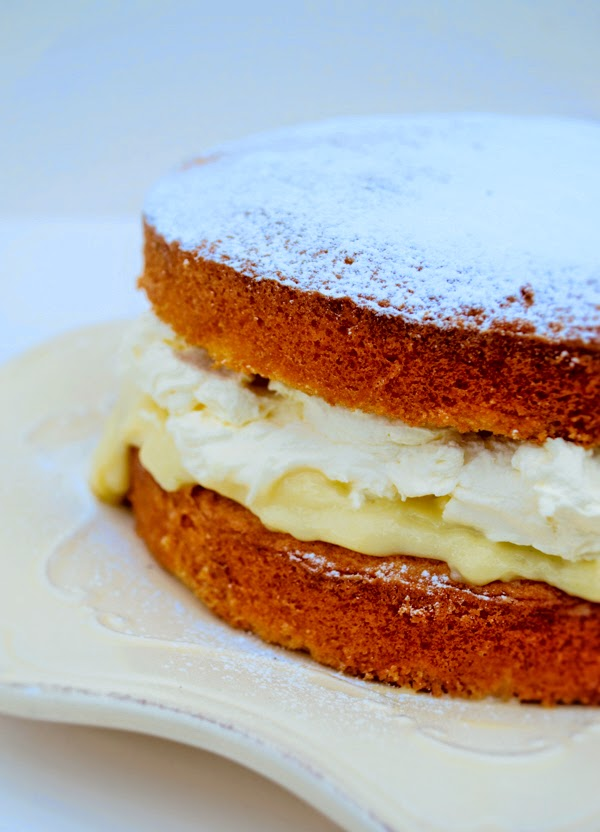 Victoria sponge filled with blender lemon curd