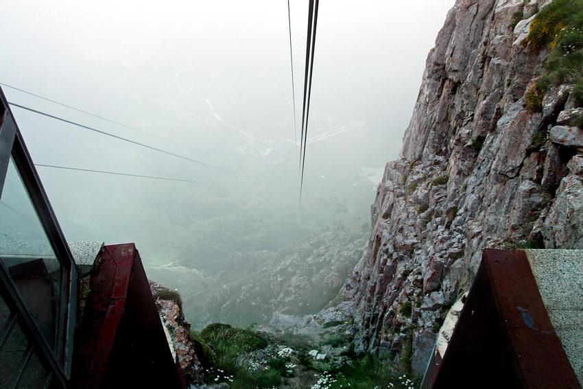 Inácio da descida a Fuente Dé, com os cabos a perderem-se no nevoeiro e a estação ao fundo pouco perceptível