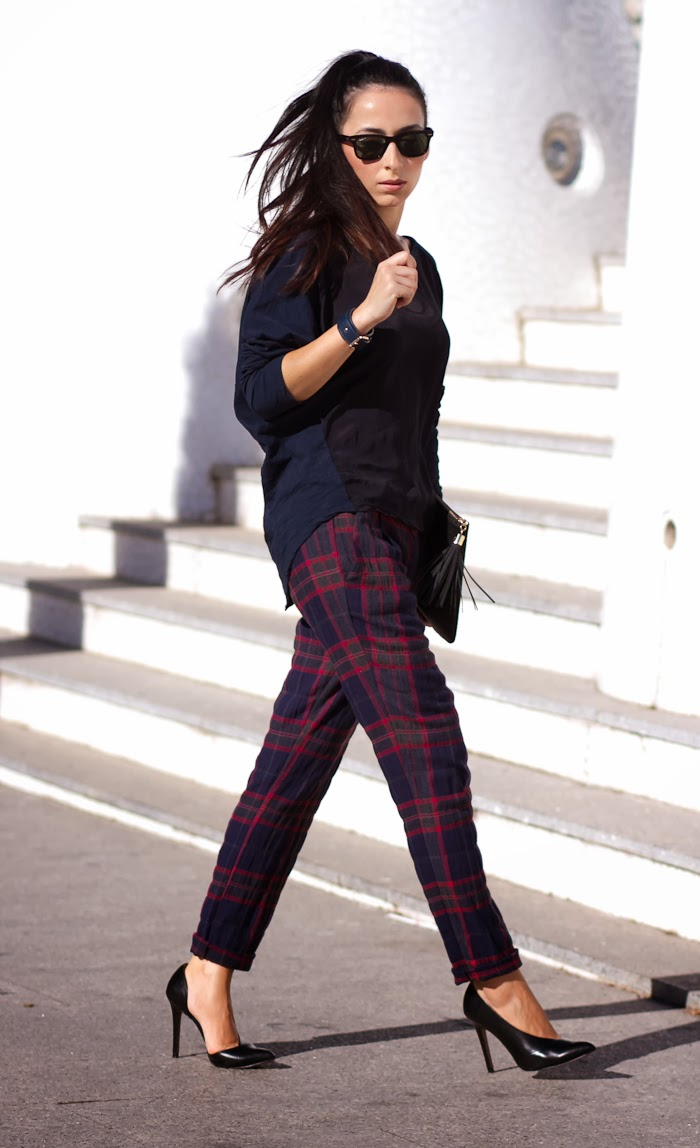 Streetstyle Fashion Blogger with tartan pants in red and navy color