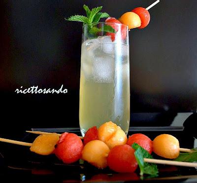 Cocktail analcolico frutta e menta ricetta di una bevanda estiva fresca e ricca di frutta