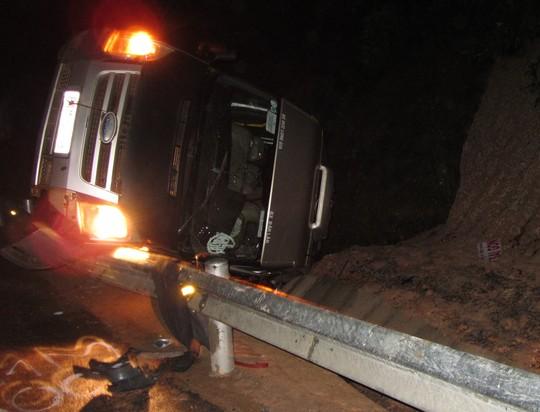 Xe khách biển số Gia Lai lật nhào, một người chết, ba người bị thương