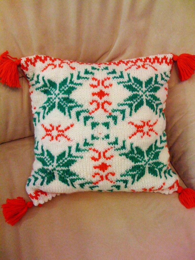 Вязаные подушки с вышивкой 37