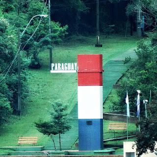 Marco das Três Fronteiras Paraguaio - monumento vermelho, branco e azul.