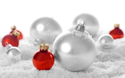 Bolas navideñas junto a la nieve