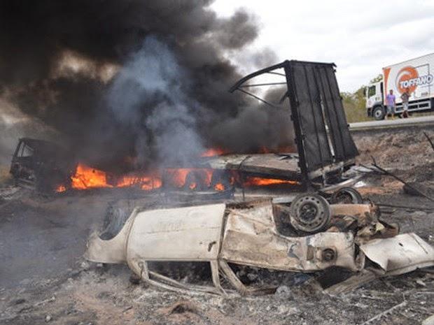 Acidente em Poções, no sudoeste da Bahia, deixou duas pessoas mortas e seis feridos. (Foto: Adelson Meira/Portal Poções)
