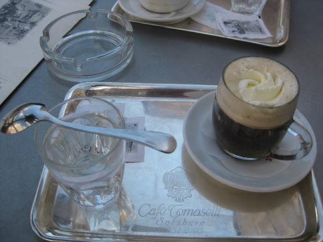 Kaffee im Café Tomaselli in Salzburg
