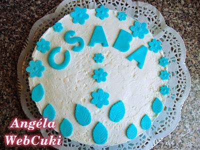 Citromos joghurttorta, vaníliás piskóta alappal, és mascarponés, kék színű krémmel.