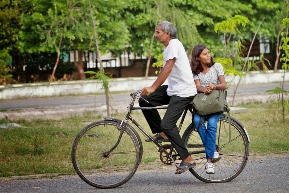Sushma Verma di antar ke Kampus dengan Sepeda bersama sang ayah