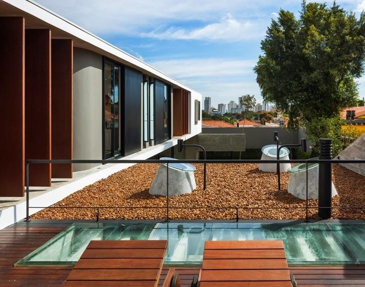 Roof terrace and facade of Modern Planalto House by Flavio Castro