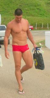 Homem de sunga usando chinelo de dedo - Pés Masculinos