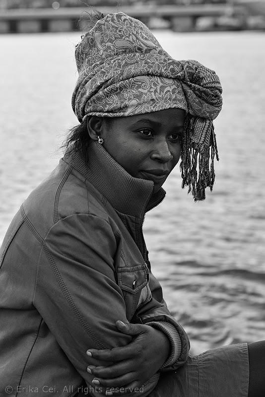 Donna africana sul molo Audace di Trieste