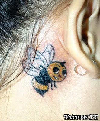 fotos da tatuagem Abelha pequena atras orelha