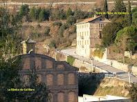La Fàbrica de Cal Riera amb la Torre de l'Amo al seu darrere