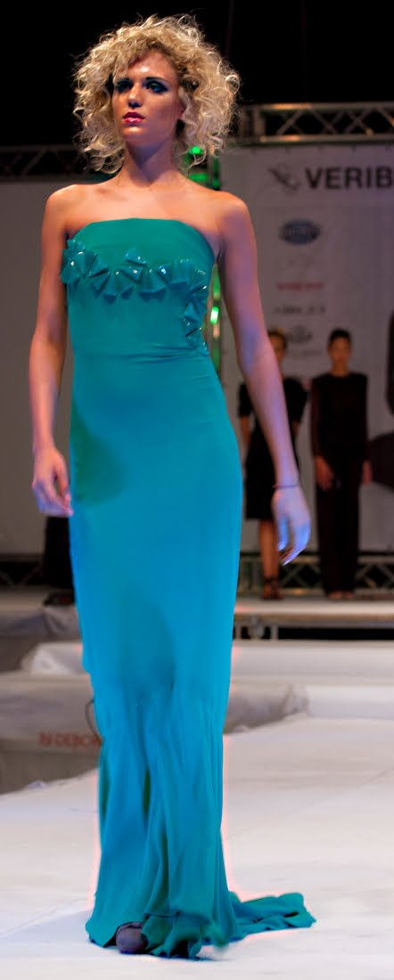 Vetrina d eccezione per il promettente stilista pordenonese Alberto Carlo   i suoi abiti sono stati presentati durante le elezioni di Miss Friuli  Venezia ... e59e78819495