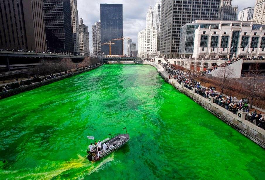 Il Chicago River il giorno di St. Patrick si tinge di verde