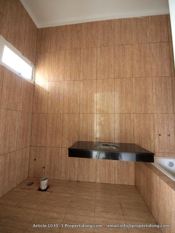 Gambar - 8 - Kamar mandi dalam untuk ruang utama, dengan bath tub ...