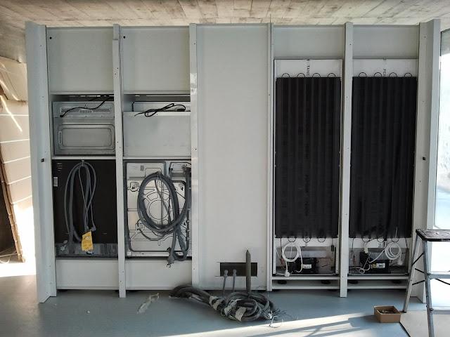 Zona de columnas ya con todos los electrodomesticos en su sitio esperando las conexiones de fontaneria y electricidad.