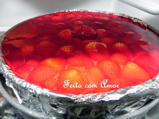 Bolo delicioso, com várias camadas, levemente doce, não enjoativo, por conta do morango.