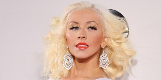 """Christina Aguilera publica fotos y con ellas advierte a sus fans a """"estar atentos""""."""