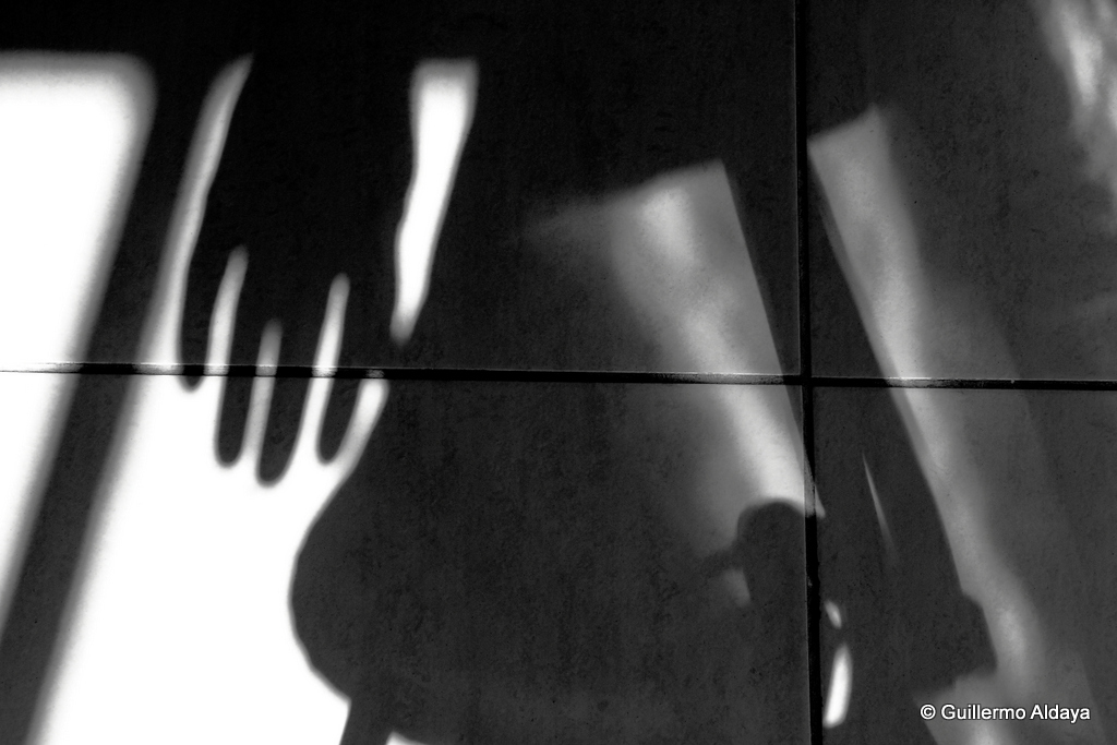 At the hands of the shadow (I), by Guillermo Aldaya / PhotoConversa