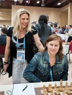 Échecs à Istanbul : Judit Polgar (2698), encouragée par sa soeur Susan, qui a annulé hier au 3e échiquier face à Sergey Karjakin (2785) © site officiel