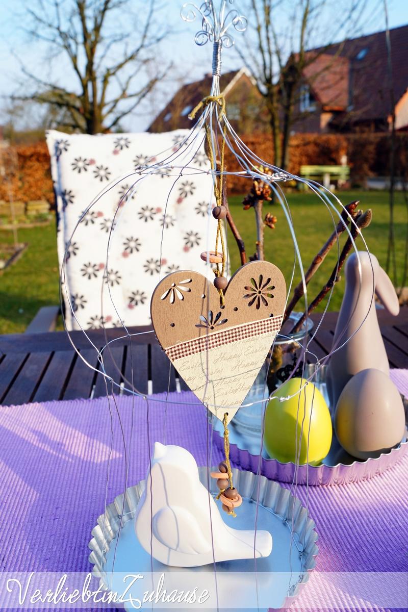 Gartentisch mit Osterdeko und selbstgemachten Dekokäfig